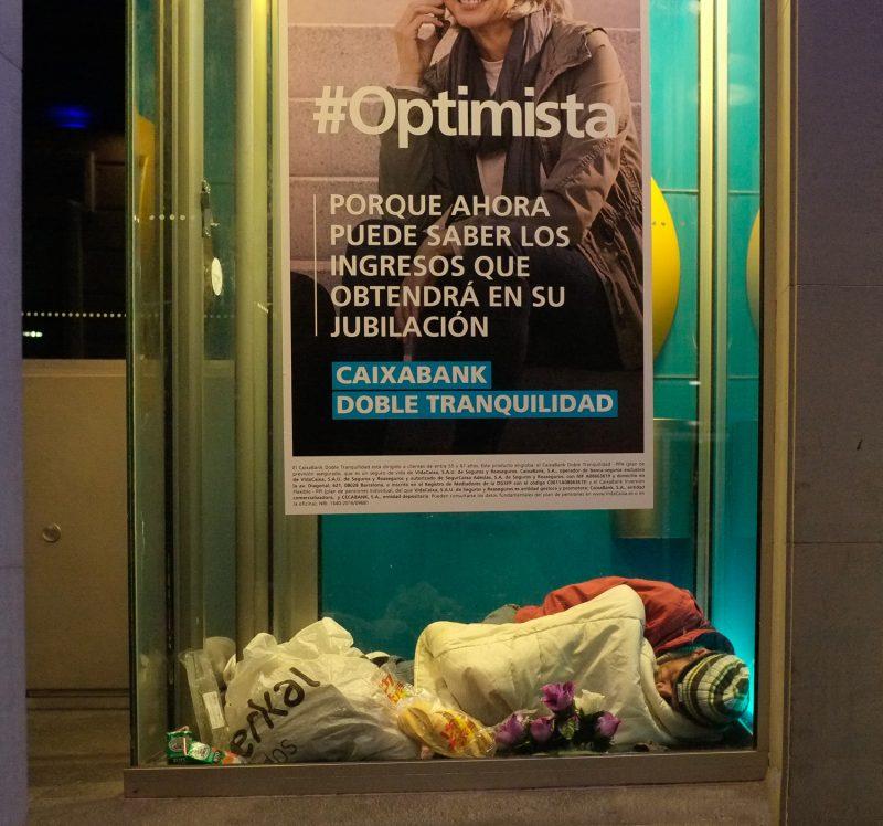 indigente, sin hogar duerme en cajero automático, Badajoz.